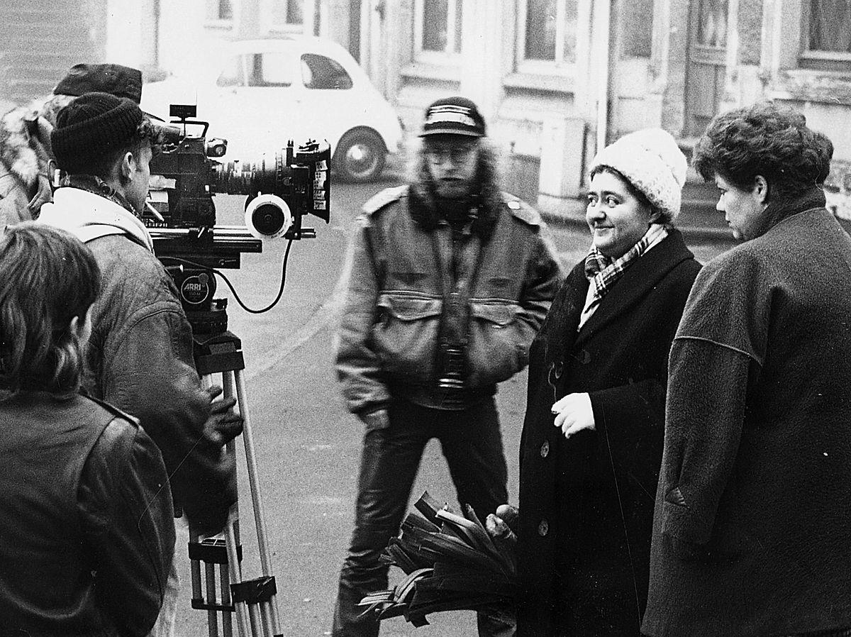Andy Bausch bereitet die Aufnahme einer Szene mit Marie-Christine Faber und Monique Reuter vor.