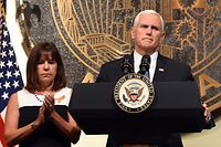 Mike Pence und seine Frau Karen sahen sich das NFL-Spiel der Indianapolis Colts gegen die San Francisco 49ers nicht bis zum Ende an.
