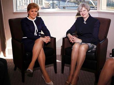 Le Premier ministre de Grande-Bretagne Theresa May (à dr.) et son homologue écossaise Nicola Sturgeon posent pour une photo avant leur entretien à Glasgow, lundi.