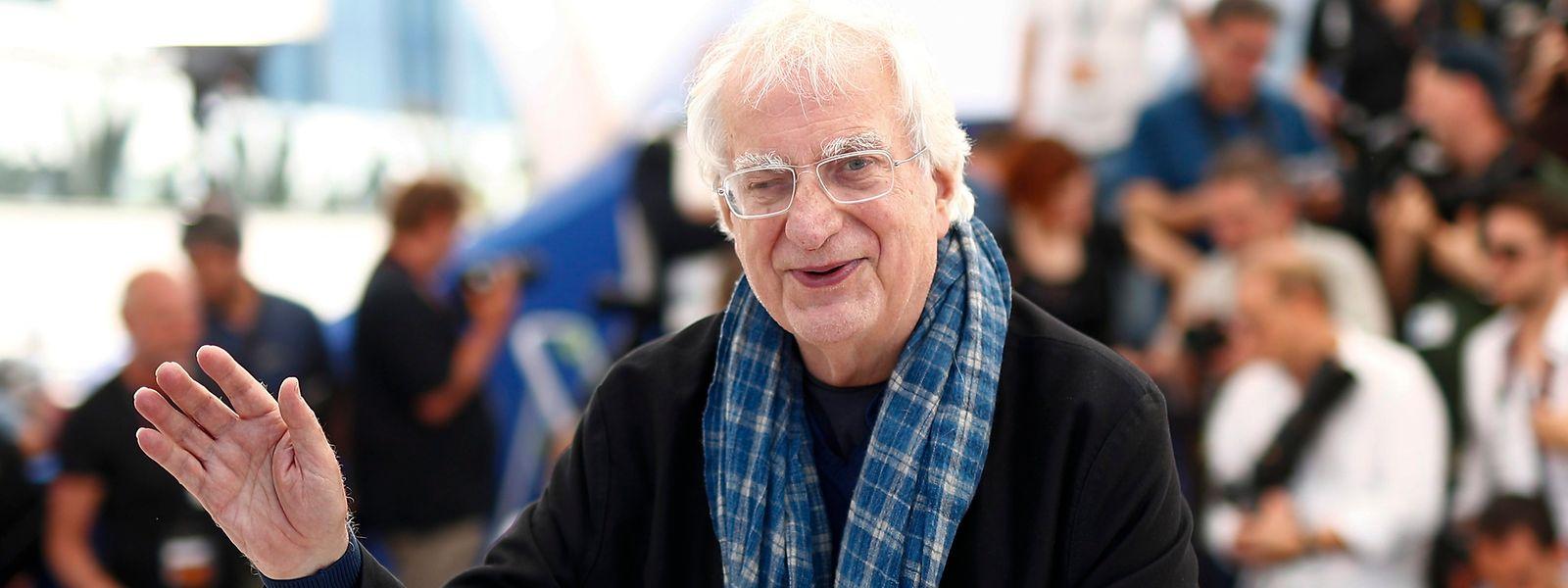 """Bertrand Tavernier winkt beim Photocall für seinen Film """"Voyage A Travers le Cinema Francais"""" beim 69. Filmfestival 2016 in Cannes."""