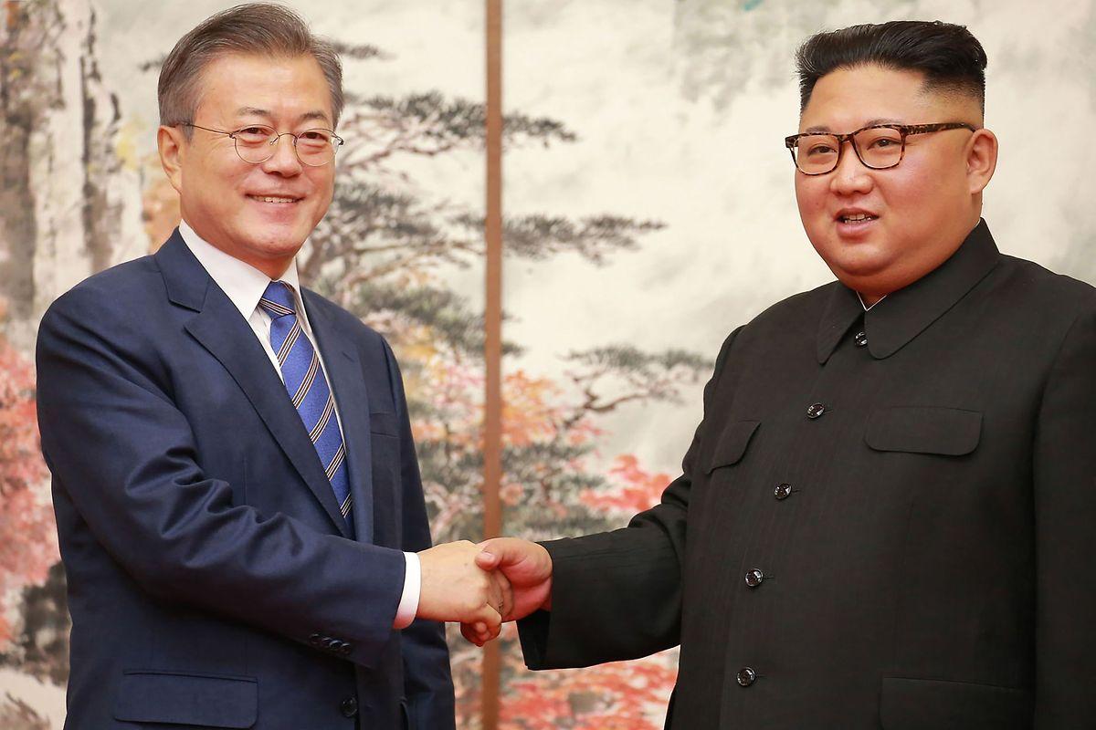 Kim Jong Un (r.) scheint sein Land aus der Isolation herausbewegen zu wollen: Dieses Bild zeigt ihn mit dem Präsidenten von Südkorea, Moon Jae-in am 19. September.