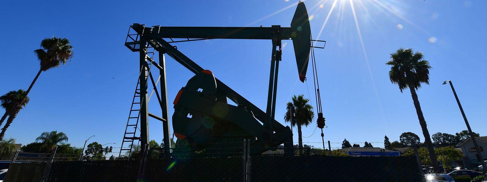 Eine Ölförderanlage in Signal Hill, Kalifornien. In den USA drohen die Öllager, aus allen Nähten zu platzen.