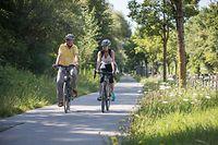 Für die Interview-Radfahrt hat sich der grüne Wohnungsbau- und seit Kurzem auch Polizeiminister Henri Kox das E-Bike seiner Frau ausgeliehen. Einmal in der Woche fährt er mit seinem Rennrad zu seinem Arbeitsplatz im Hochhaus an der Place de l'Europe. Von seinem Heimatort Remich aus hat er eine direkte Busverbindung zum Pôle d'échange auf Kirchberg, von wo er auf die Tram umsteigen kann.