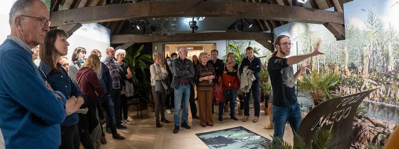 """Gebannt verfolgen die Besucher die Erklärungen im """"Naturmusée"""""""