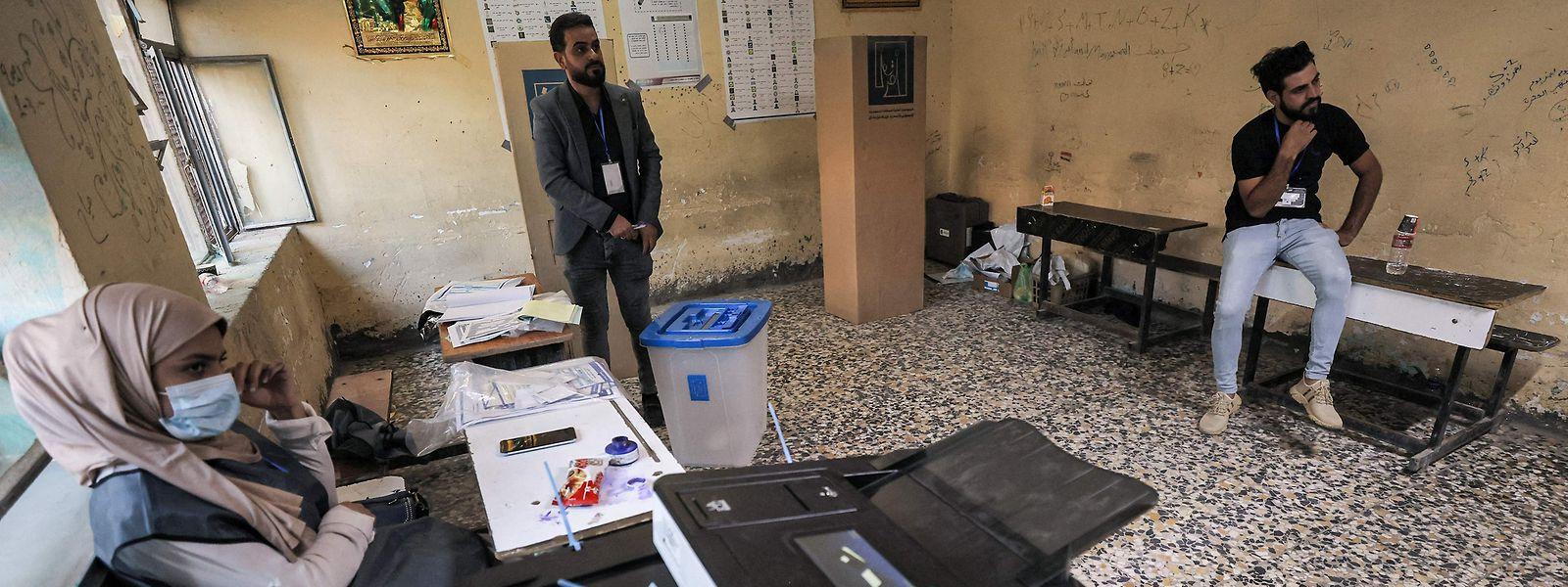 Warten auf Wähler: Lediglich 41 Prozent der Sitmmberechtigten gaben nach einer vorläufigen Auswertung im Irak ihre Stimme ab.