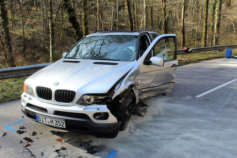 Zwei Fahrzeuge wurden bei dem Zusammenstoß schwer beschädigt.