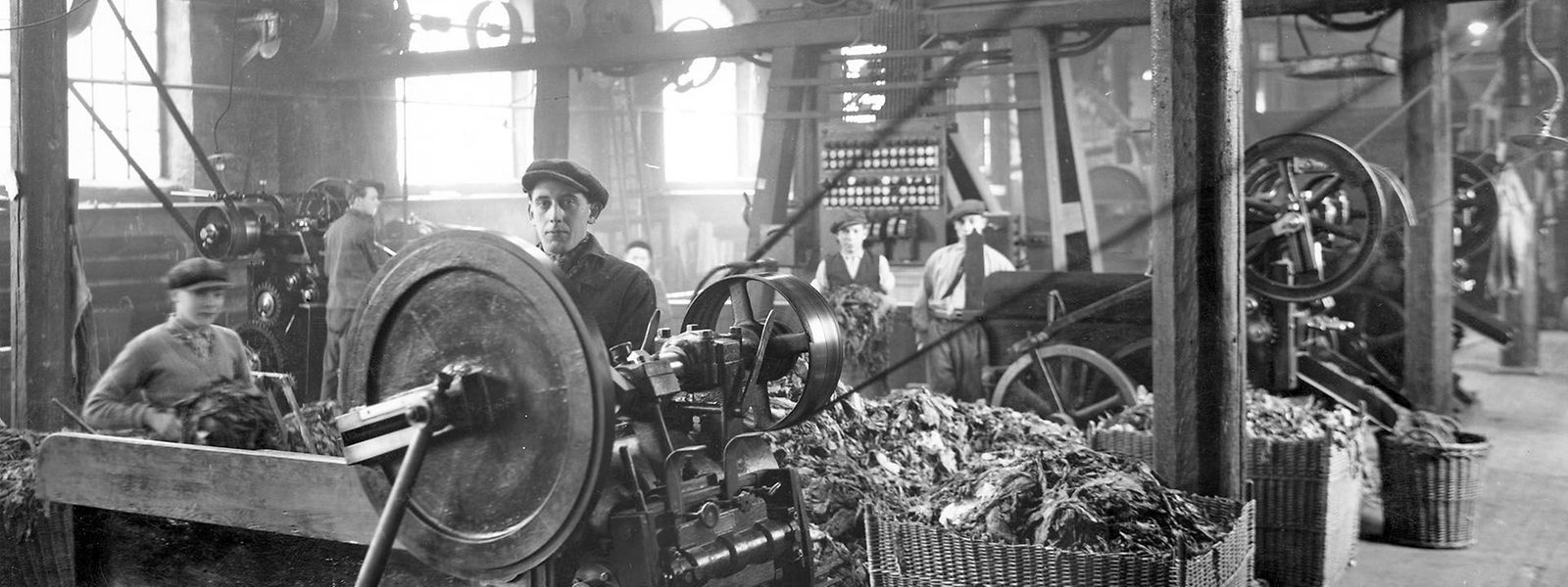 Arbeiter in der Hollericher Manufaktur von Heintz van Landewyck (um 1920).