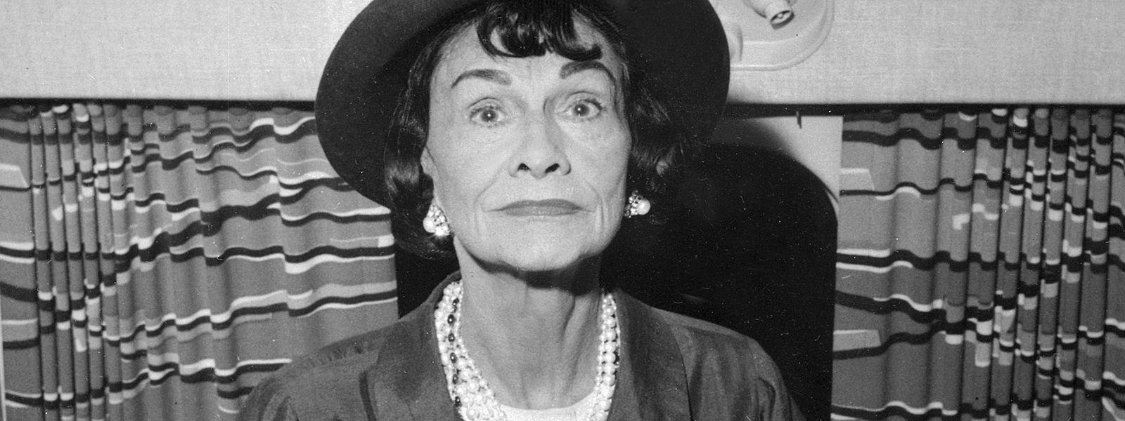 Zeitdokument aus dem Jahr 1960: Coco Chanel am Flughafen in Paris.