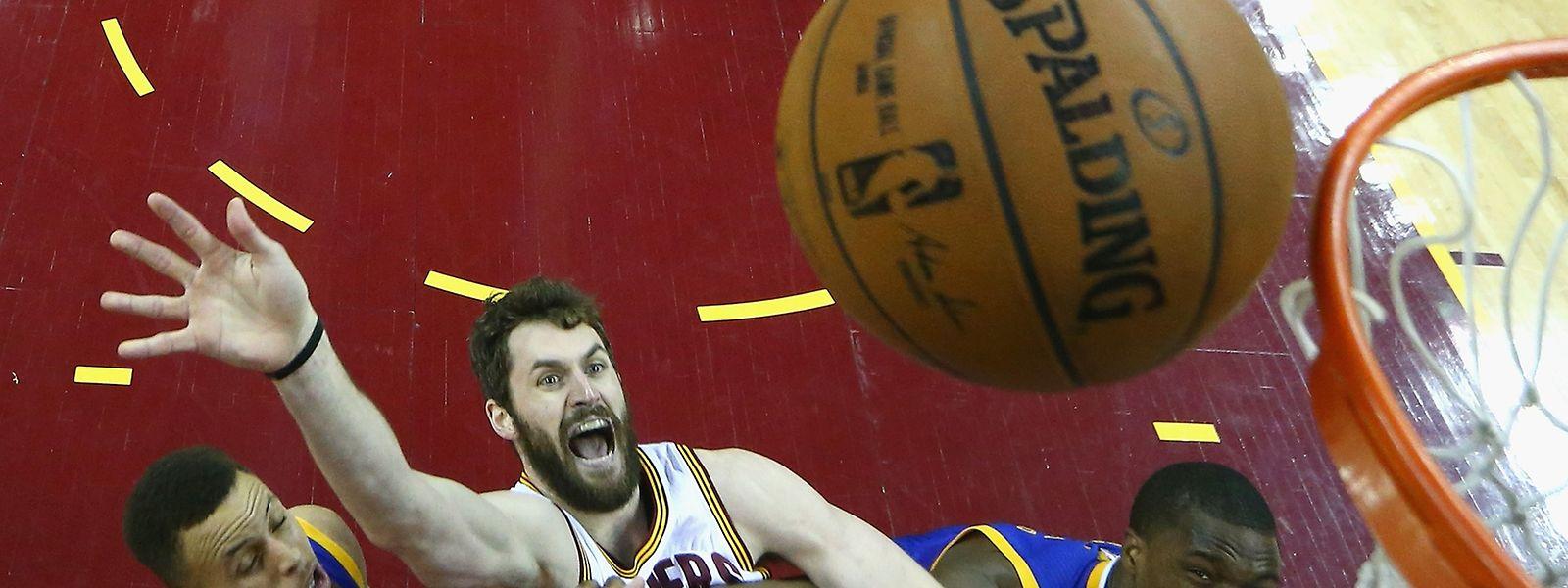 Kevin Love (0) von den Cleveland Cavaliers kämpft mit aller Kraft gegen Stephen Curry und Harrison Barnes (Golden State)