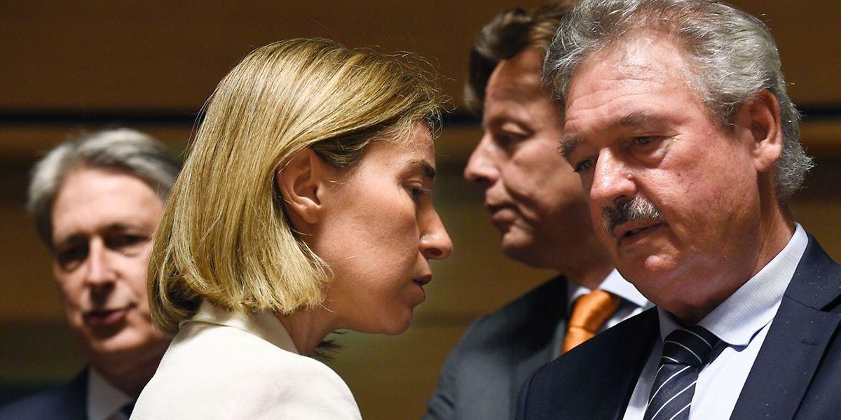 Jean Asselborn (à droite) en discussion avec Federica Mogherini, la Vice-présidente de la Commission. Derrière lui, on voit Bert Koenders, le ministre des Affaires étrangères néerlandais.