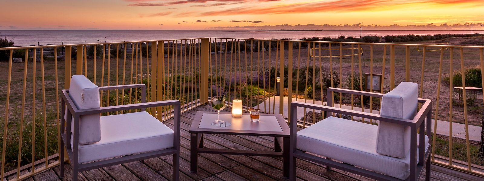 Der romantische Sonnenuntergang darf nicht fehlen: Blick von der Restaurantterrasse auf das Meer bei Les Mathes.