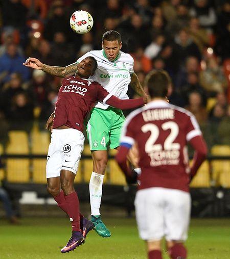 Habib Diallo au duel avec Léo Lacroix. Il n'y a pas eu de vainqueur entre le FC Metz et St-Etienne.