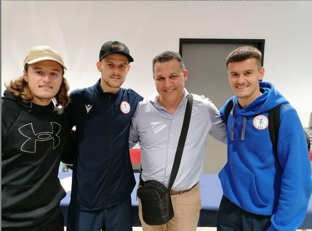 Sébastien Thill com os irmãos e o agente Ahmed Nouma.