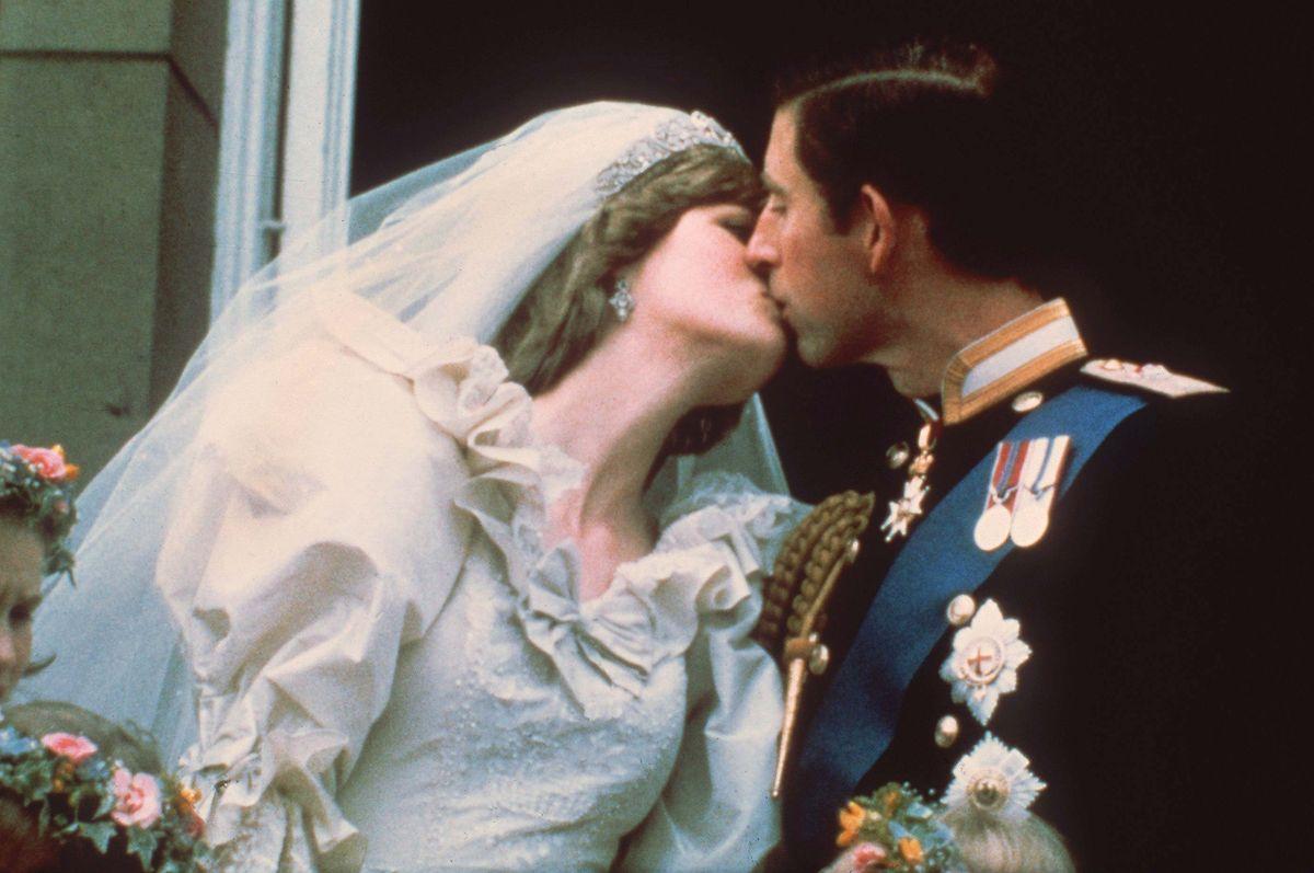 Der Hochzeitskuß des damaligen Traumpaares, Prinz Charles und Lady Diana Spencer dauert gerade einmal 0,4 Sekunden.