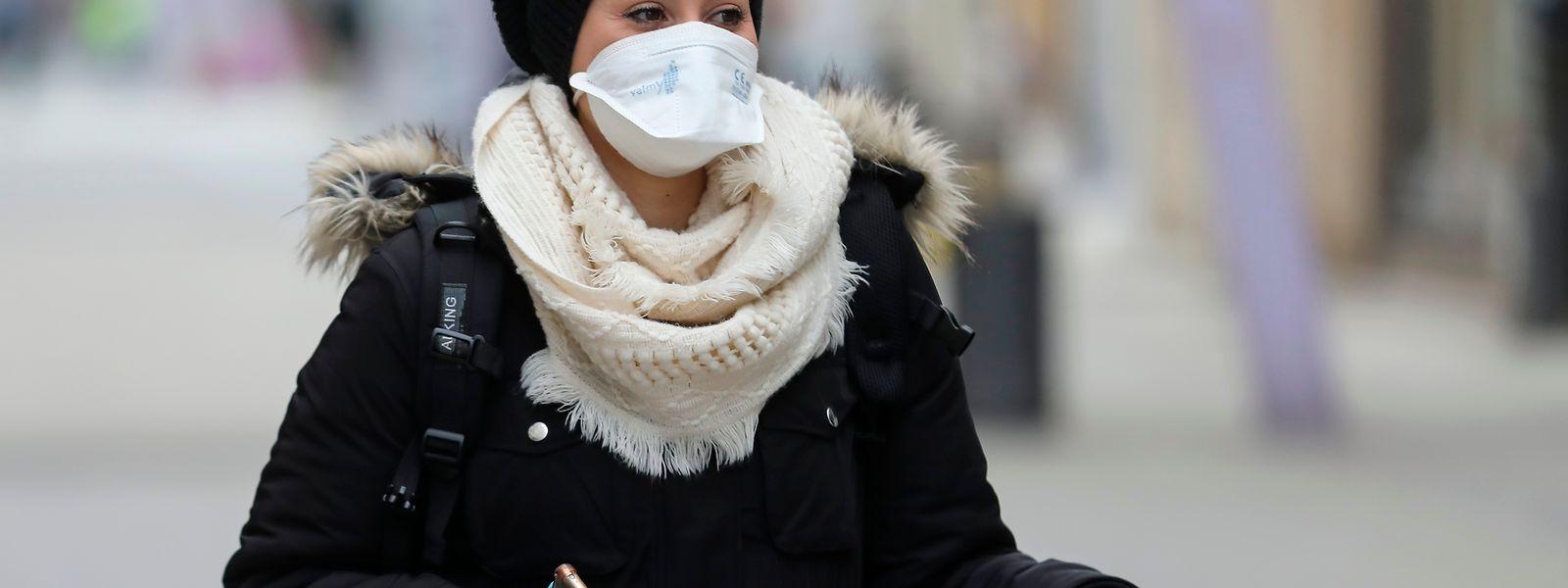 Frau mit Schutzmaske in Esch/Alzette.