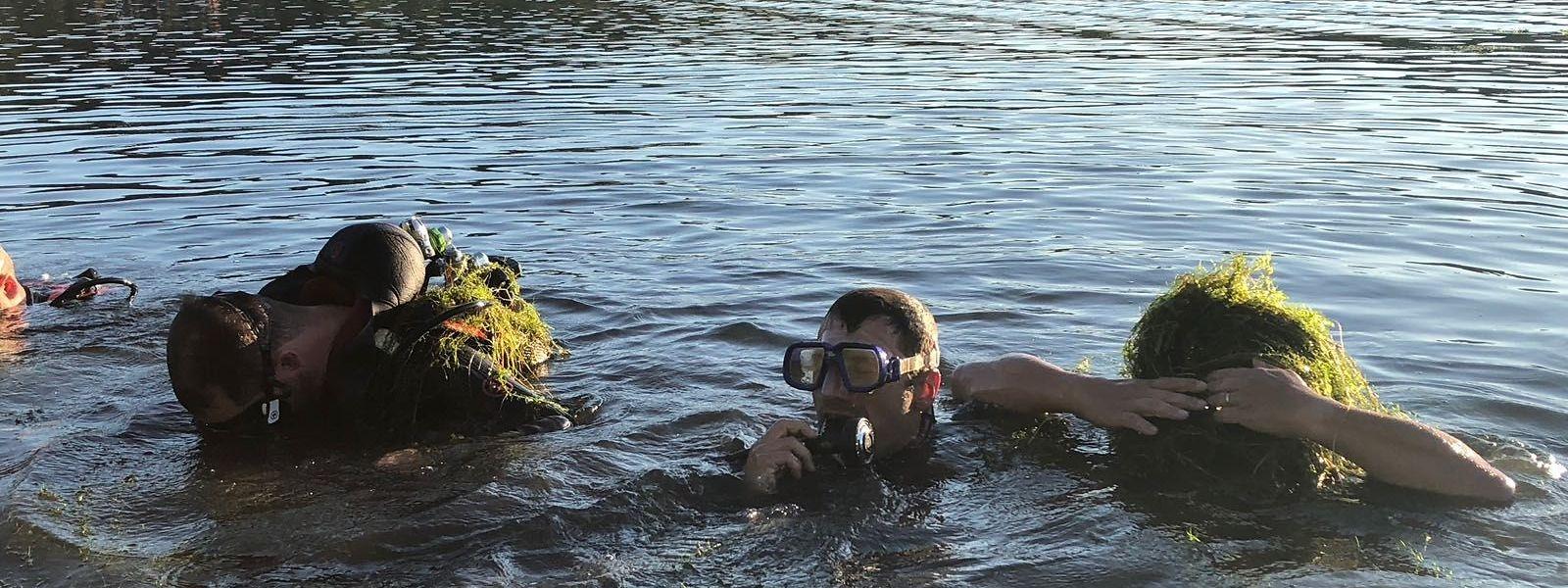 """Os mergulhadores tiveram dificuldades para resgatar o corpo do búlgaro de 53 anos, por causa da """"wasserpest"""" (praga de água), plantas aquáticas que infestam o lago de Remerschen."""
