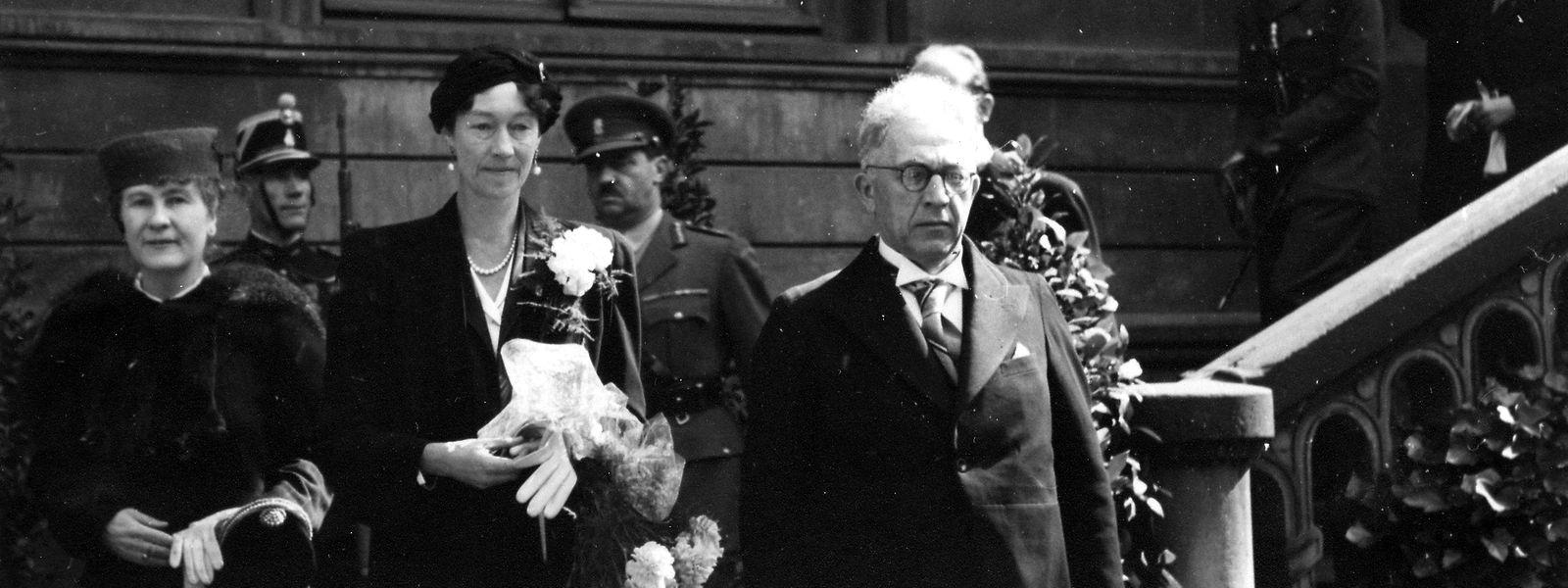 """16.April 1945: Großherzogin Charlotte verlässt die Abgeordnetenkammer nach einer feierlichen Sitzung der """"Assemblée consultative"""" im Beisein der großherzoglichen Familie und des diplomatischen Korps."""