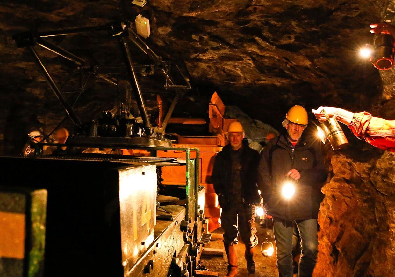 Die Karbidlampen der Besucher waren die einzige Lichtquelle in den dunklen Gängen der Grube.
