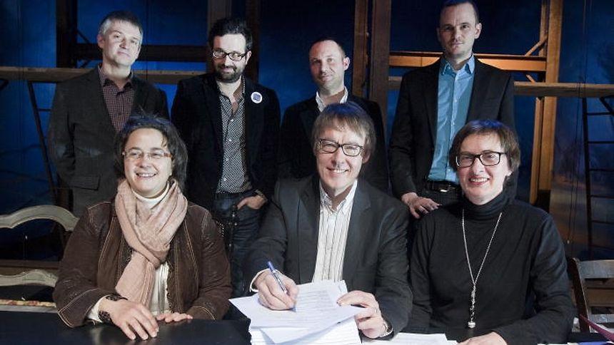 Unterzeichnung am Mittwoch: Sechs Theater engagieren sich bis 2014 in dem Projekt.