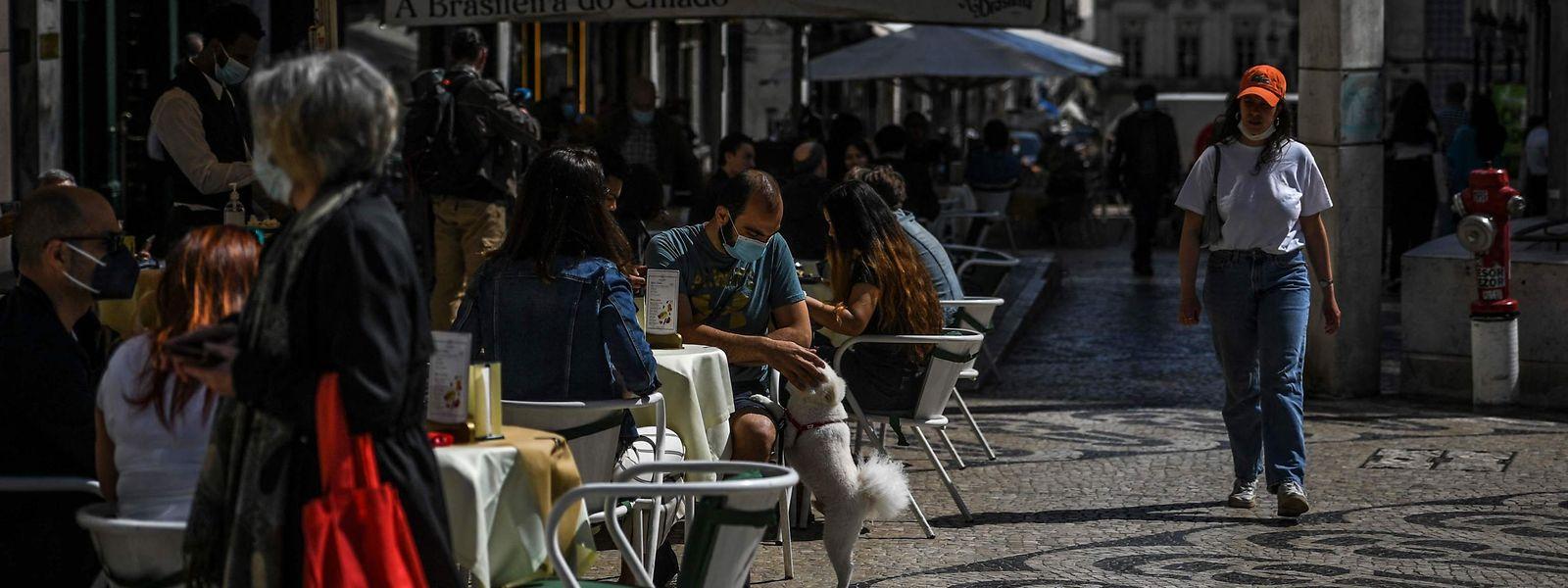 Seules les terrasses étaient jusqu'alors ouvertes, mais dès lundi, les restaurants et cafés pourront à nouveau accueillir des clients en intérieur.