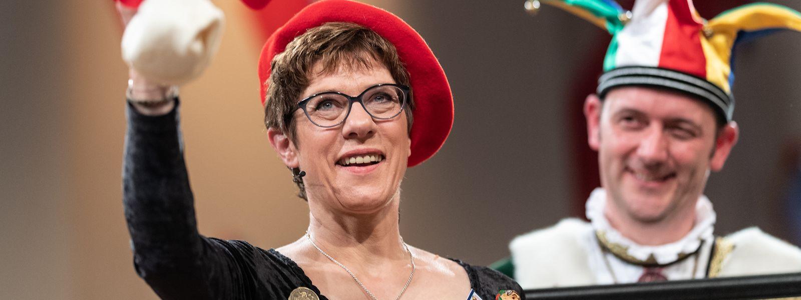 """Die Bundesvorsitzende der CDU, Annegret Kramp-Karrenbauer, steht vor dem """"Narrengericht"""" in Stockach. Die Veranstaltung gilt als einer der Fastnachtshöhepunkte im Südwesten Deutschlands."""