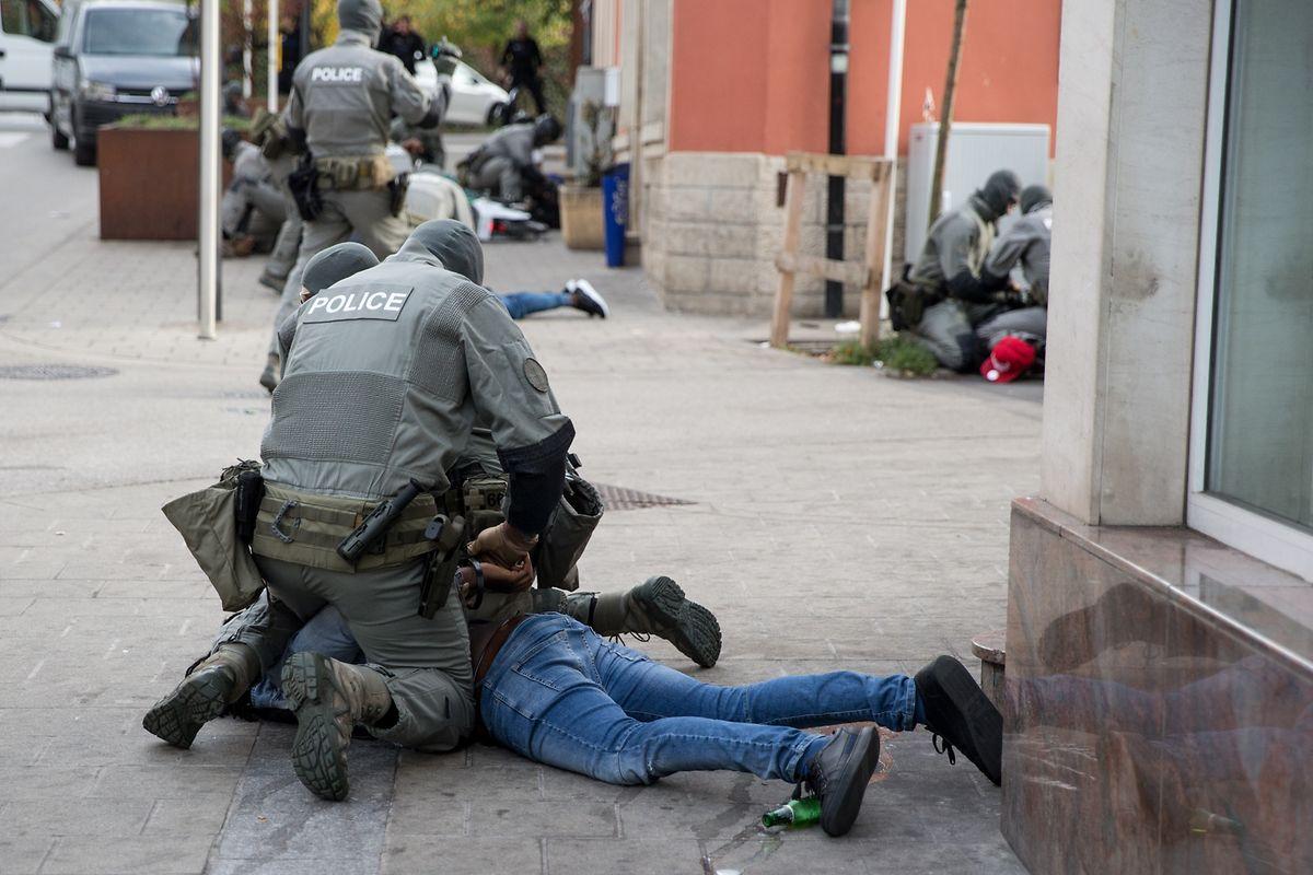 21 mutmaßliche Dealer waren von der Polizei identifiziert worden. Acht davon kamen gleich nach der Razzia in Haft. Die anderen wurden nach und nach festgenommen.