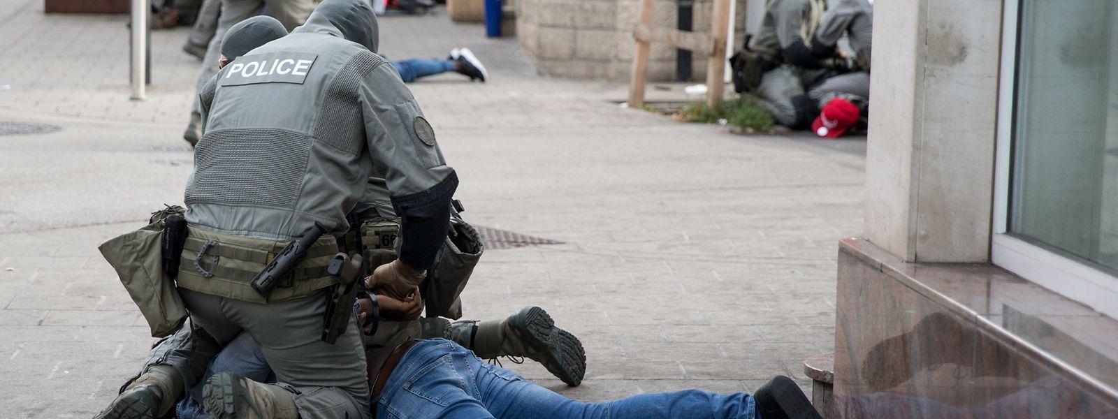 Die Sicherheitskräfte haben am Dienstag in kürzester Zeit zahlreiche Personen in der Escher Avenue de la Gare überwältigt.