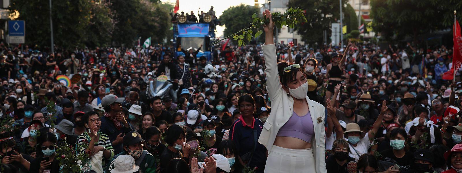 """Nieder mit der Diktatur, lang lebe Demokratie!"", skandieren die Demonstranten in Bangkok."