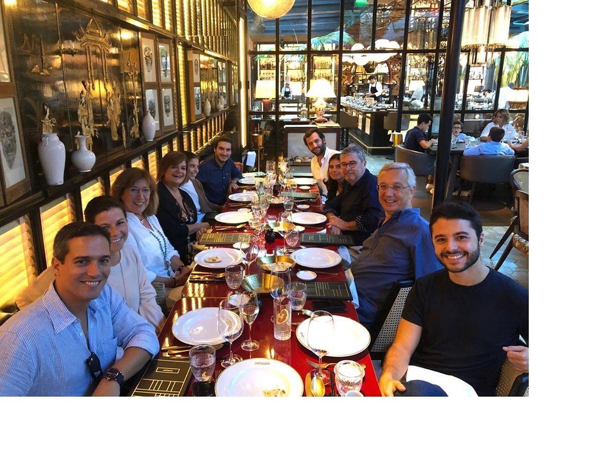 """Um almoço com """"apenas família"""", diz Júlia na legenda desta foto que publicou no instagram."""