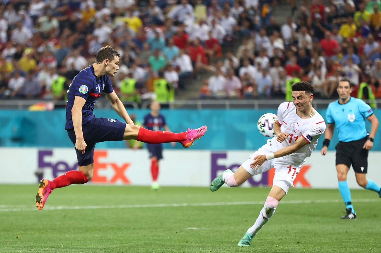 TOPSHOT - France's defender Benjamin Pavard (L) attempts a shot during the UEFA EURO 2020 round of 16 football match between France and Switzerland at the National Arena in Bucharest on June 28, 2021. (Photo by MARKO DJURICA / POOL / AFP)