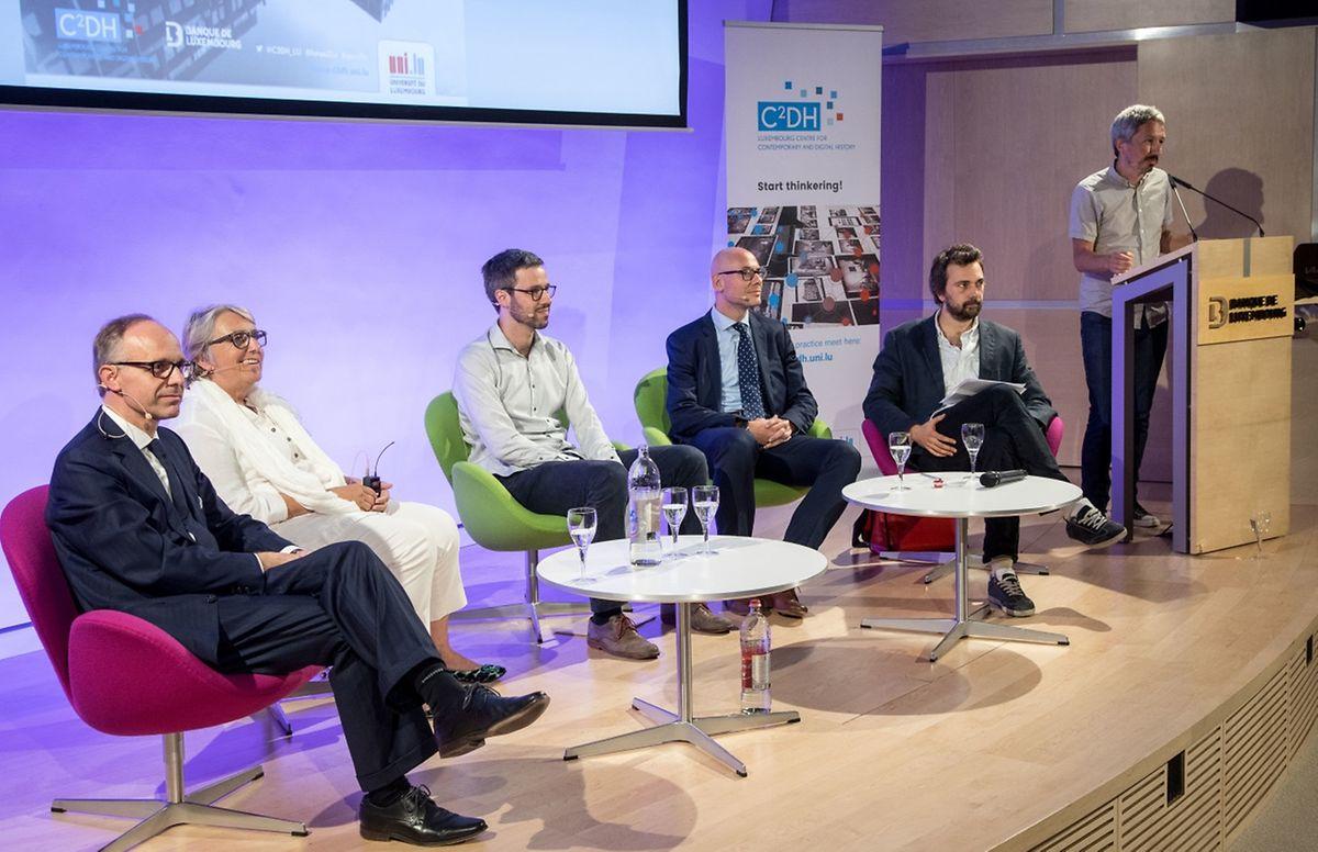 Luc Frieden, Marie-Jeanne Chevremont-Lorenzini, Thibaud Giddey, Georges Heinrich sowie die Moderatoren Bernard Thomas und Benoît Majerus diskutierten über die Geschichte des Finanzplatzes.