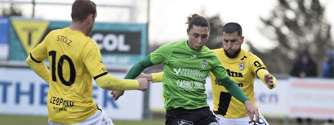 Alessandro Scanzano, ici entre les Dudelangeois Dominik Stolz et Aniss El Hriti, ne s'affole pas. Le jeune attaquant mondorfois pense que son club ne sera pas inquiété en cette fin de saison.