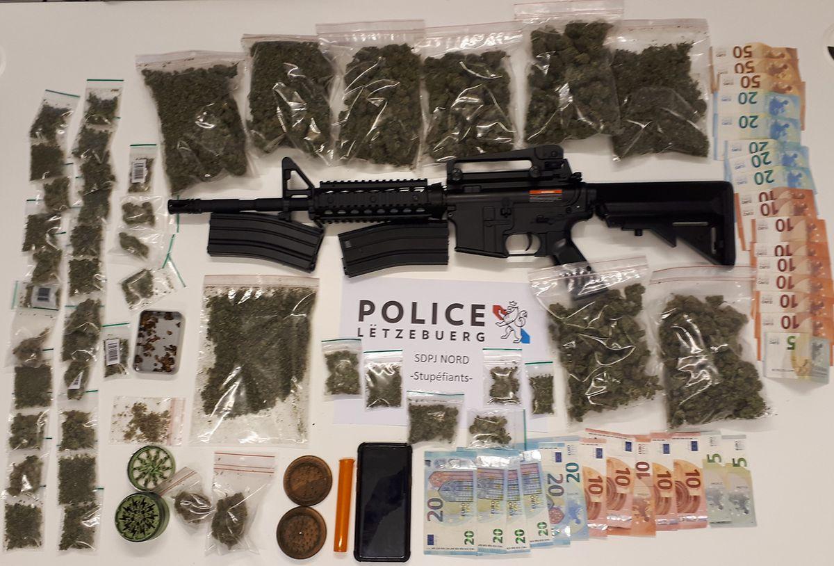 Bei mehreren Durchsuchungen wurden rund 700 Gramm Marihuana, ein Softair-Sturmgewehr und 685 Euro in bar sichergestellt.