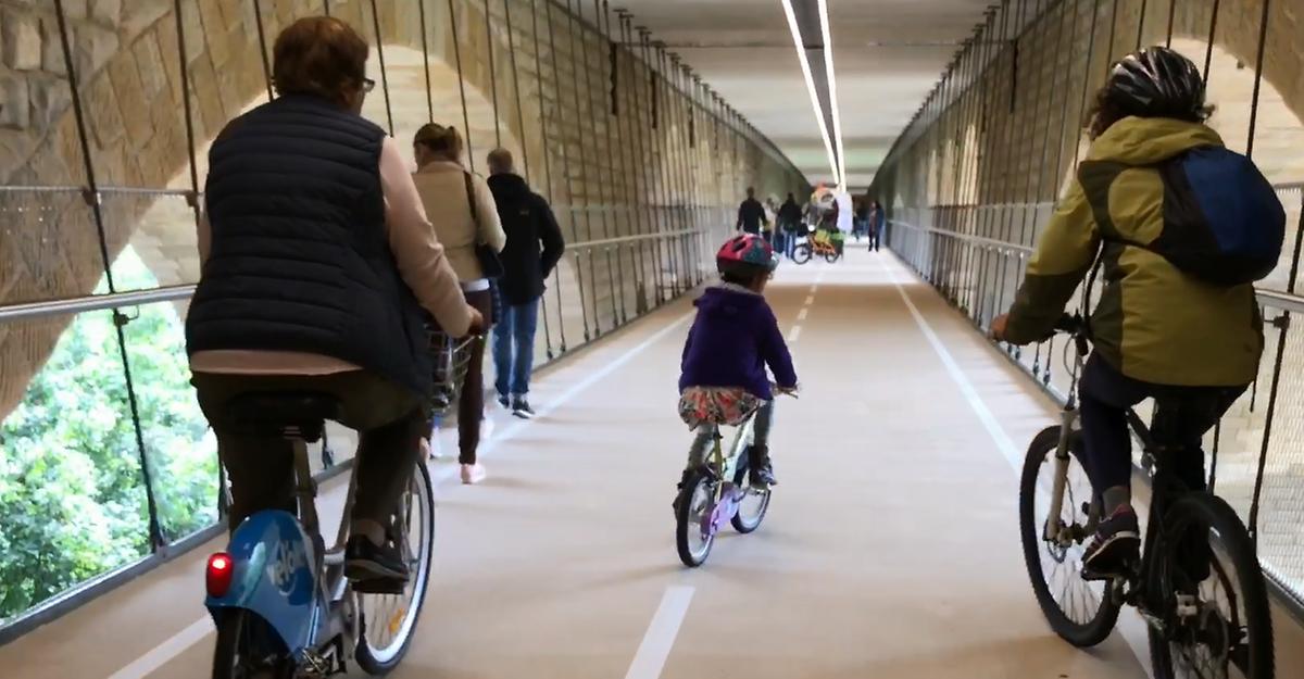 Découvrez en 1 minute et 10 secondes la passerelle sous le pont Adolphe, en étant virtuellement assis sur un vélo. En selle !