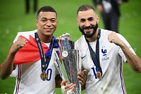 TOPSHOT - France's forward Kylian Mbappe (L) and France's forward Karim Benzema (R) celebrate with the trophy at the end of the Nations League final football match between Spain and France at San Siro stadium in Milan, on October 10, 2021. (Photo by FRANCK FIFE / AFP)