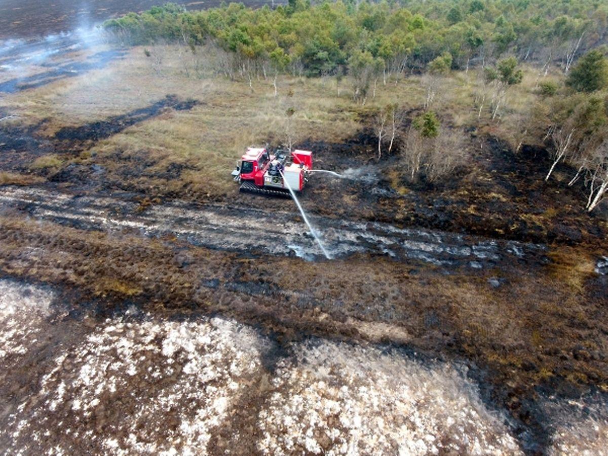 Eine Löschraupe ist beim Moorbrand auf dem Gelände der Wehrtechnischen Dienststelle 91 (WTD 91) in Meppen im Einsatz
