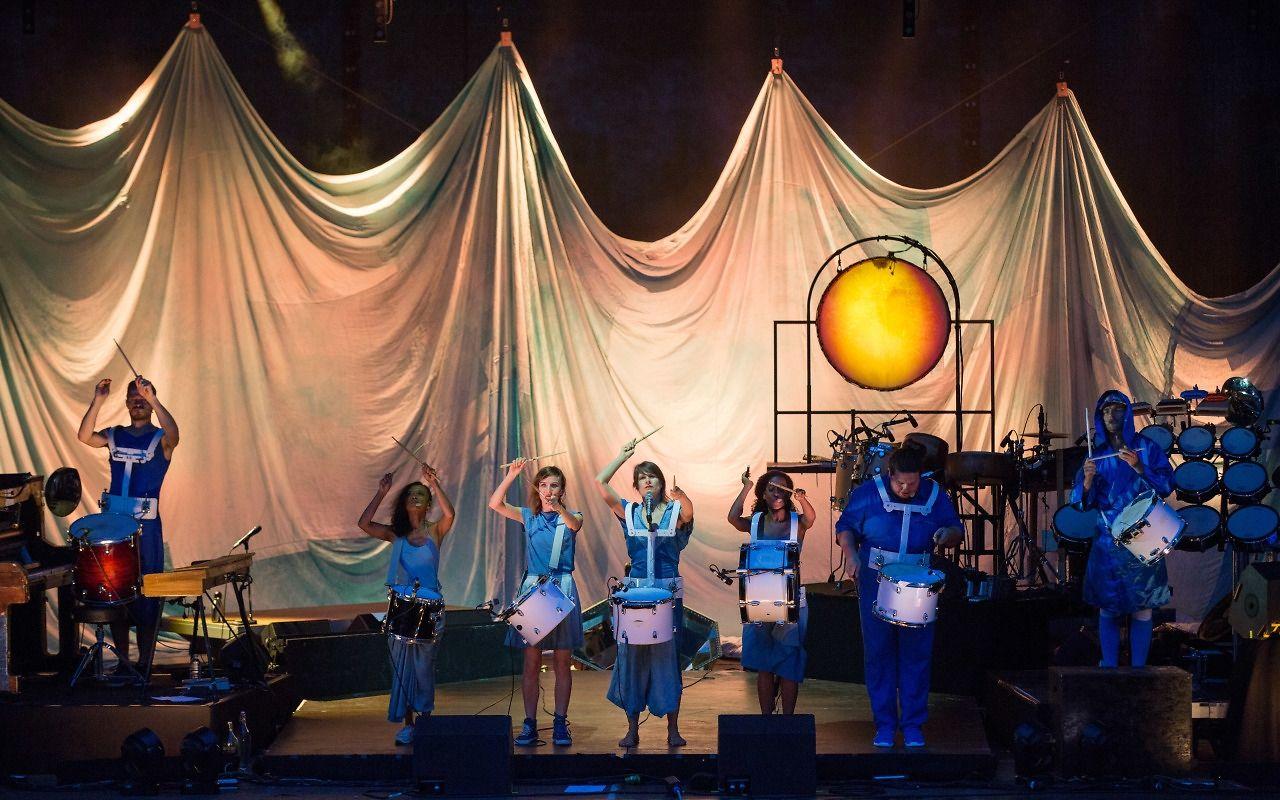 Jeux de lumières pour passer de la lune bleutée à l'aurore orangée. Avec une imposante percussion à peau, comme un soleil sur la scène.