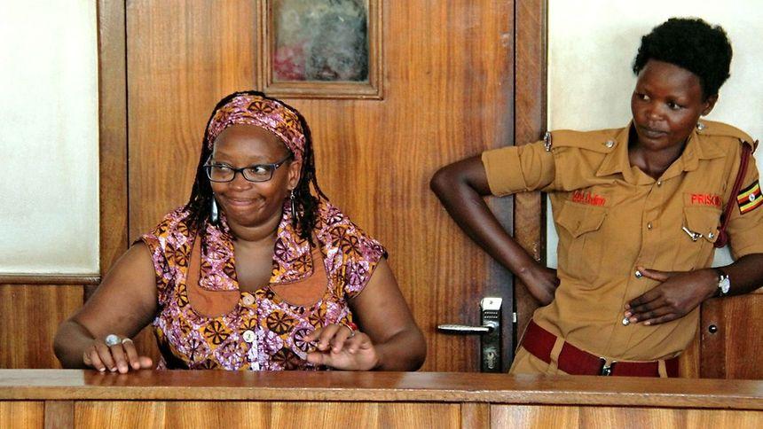 Die Feministin Stella Nyanzi (l.) gibt auch vor Gericht nicht klein bei.