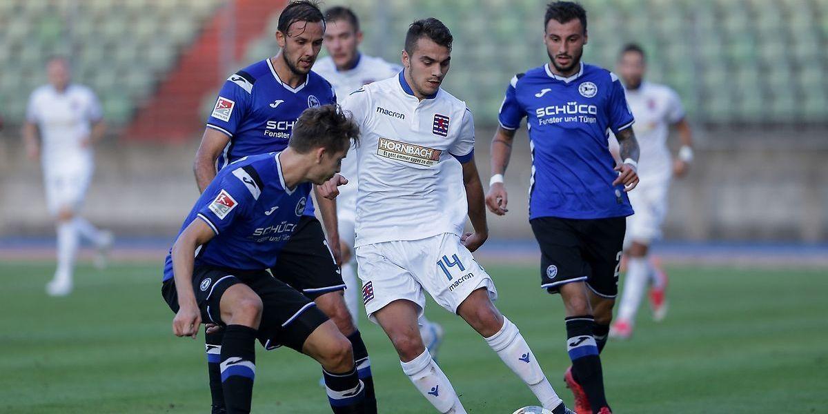Sinani, de branco, foi dos poucos jogadores luxemburgueses que escapou à mediocridade.