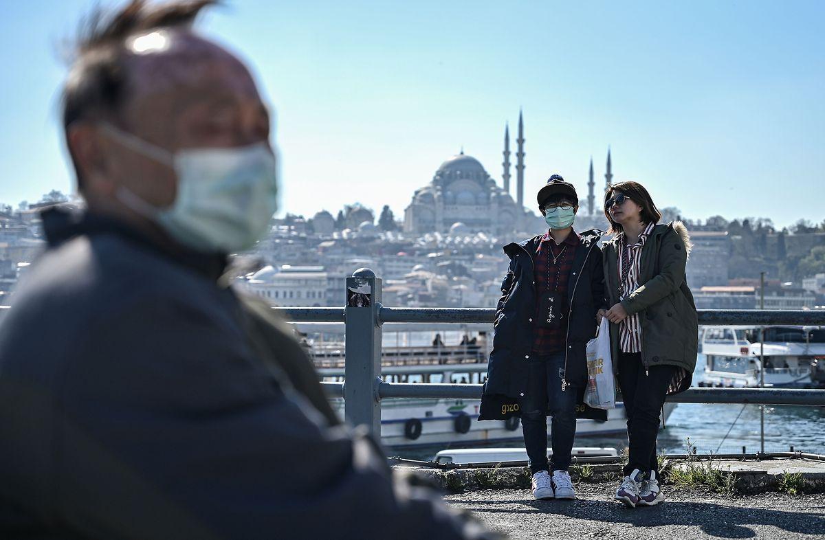 Touristen mit Schutzmaske in Istanbul.