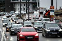 """ARCHIV - 12.02.2019, Bayern, München: Autos fahren bei stockendem Verkehr durch die Innenstadt. (zu dpa """"Geplantes EU-Klimaziel: Auto-Emissionen müssen drastisch sinken"""" am 13.09.2020) Foto: Sina Schuldt/dpa +++ dpa-Bildfunk +++"""