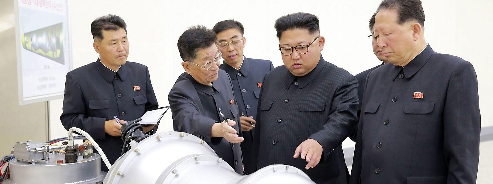 """Kim Jong-un (2.v.r.) scheint nicht daran zu denken, sein Atomprogramm """"umgehend"""" und """"unumkehrbar"""" aufzugeben, wie es die G7 jetzt gefordert haben."""