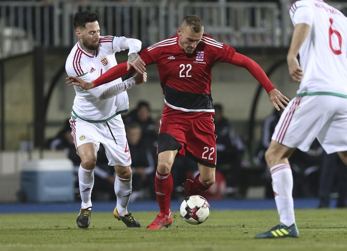 Aurélien Joachim (n°22) a fort à faire pour se débarrasser du Hongrois Tamas Kadar. Cela n'empêchera pas l'attaquant du Lierse d'inscrire son douzième but en sélection.