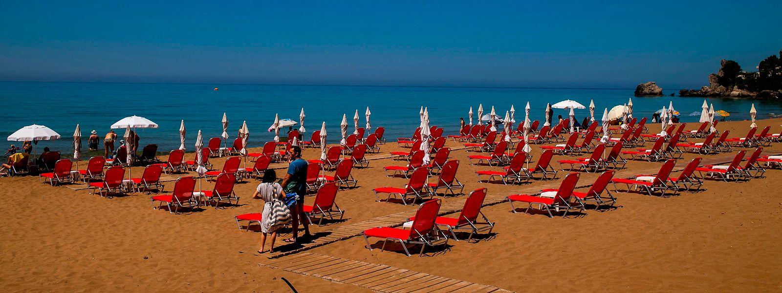 Les plages grecques apparaissent nettement moins bondées que celles de Barcelone ou de la région de Valence prises d'assaut le 1er juillet.