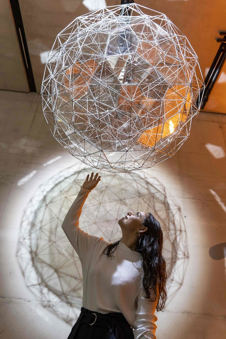 """London (Großbritannien). Kunst zum Greifen nah bietet die Installation """"Stardust Particle"""" des isländisch-dänischen Künstlers Olafur Eliasson in der Tate Modern."""