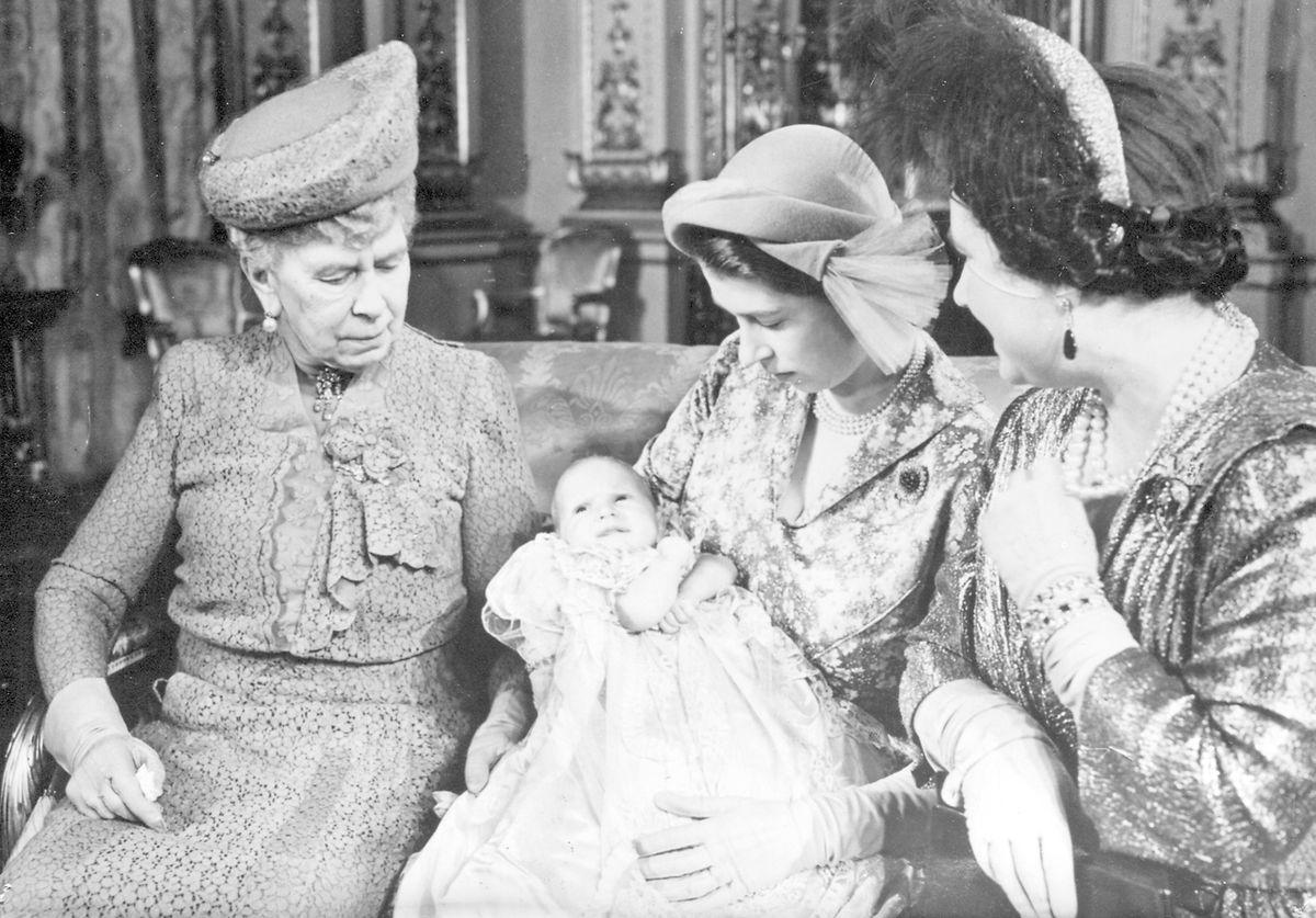 Vier Generationen auf einem Bild: Baby, Mutter, Großmutter und Urgroßmutter. Die kleine Anne mit ihrer Mutter Elizabeth, der Queen Mum Elizabeth (rechts) und Queen Mary (links).