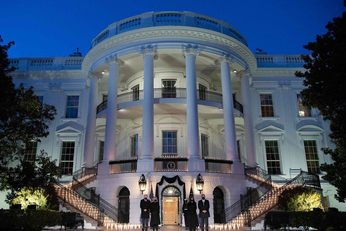 Joe Biden, Jill Biden, Kamala Harris und Doug Emhoff vor dem Weißen Haus: Kerzen für die Verstorbenen.