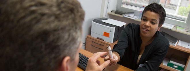 Neuropsychologue à la Clinique Parkinson, Michèle Kerschenmeyer, fait notamment passer des tests olfactifs aux volontaires. Car la perte de l'odorat peut être liée à la maladie de Parkinson.