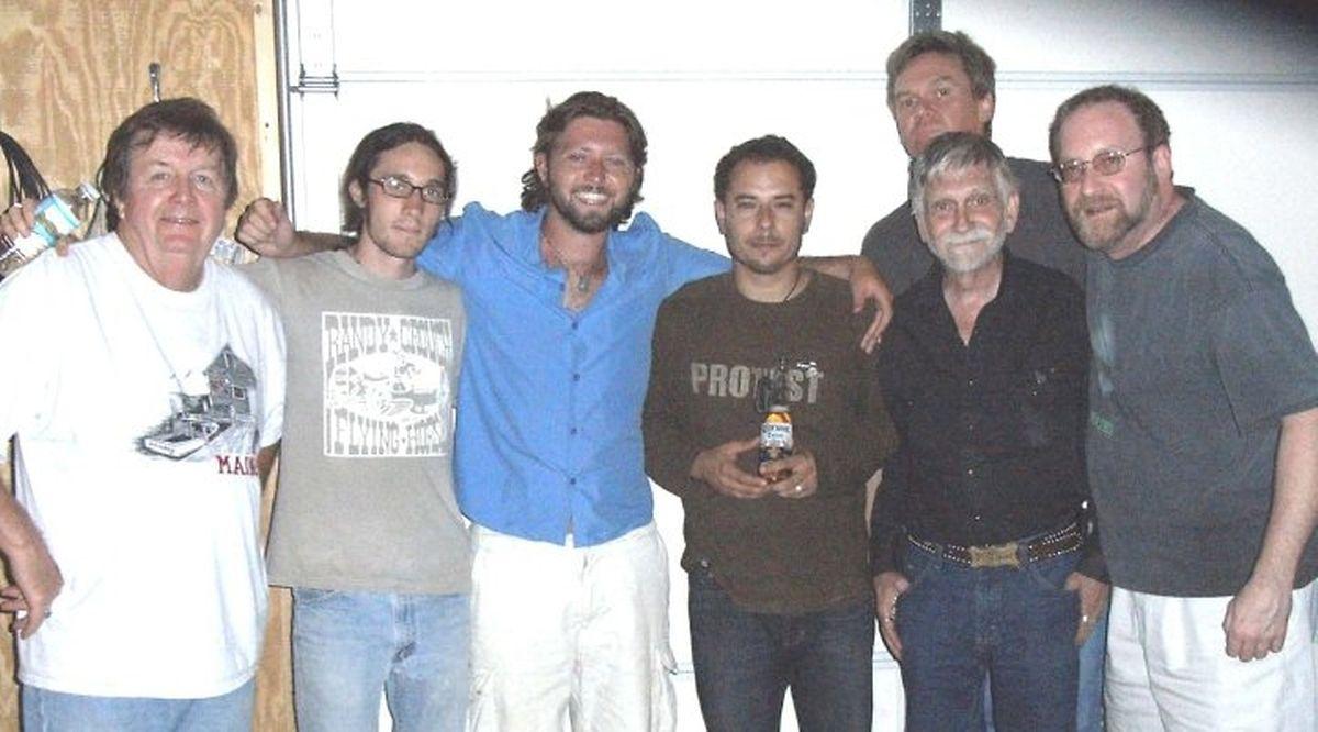Com vários músicos do Oklahoma. O segundo a contar da direita, mais baixo, é Tony Frisco.