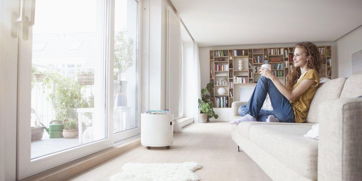 Im Feng Shui müssen Lebensenergien im Wohnraum fließen können. Eine reduzierte, klar strukturierte Einrichtung ist daher gut.